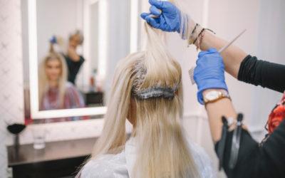 I rischi di una tinta fatta a casa: i buoni motivi per cui è meglio rivolgersi al parrucchiere