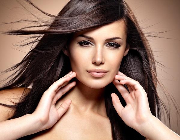 Capelli lisci e luminosi con il trattamento Liss Effect